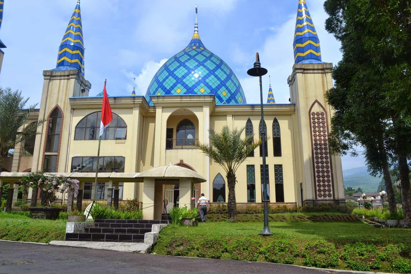 Pesona Masjid Kubah Biru Ciater