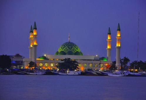 Bangunan 9 Kubah Masjid Raya Darussalam Di Samarinda Kaltim