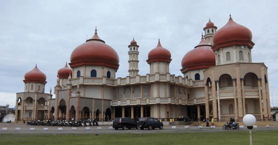 Masjid Baitul Makmur Termegah di Pantai Barat Aceh