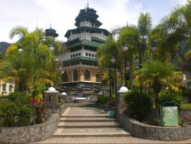 Masjid Raya Bayur keindahan di tepi danau Maninjau