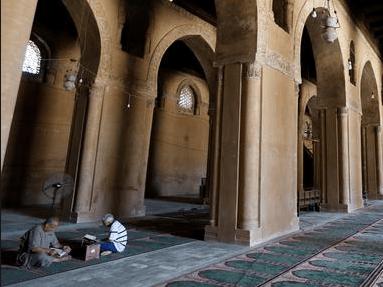 interior di masjid ibnu tulun
