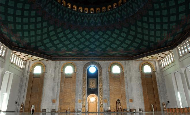 interior masjid agung al akbar surabaya