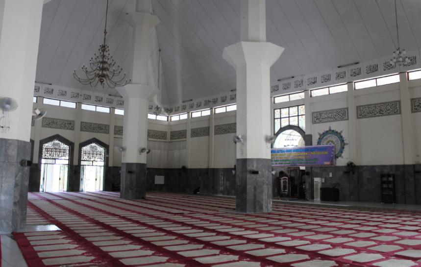 interior masjid agung darusalam