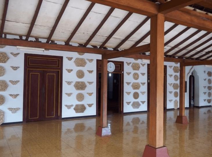 interior masjid mantingan