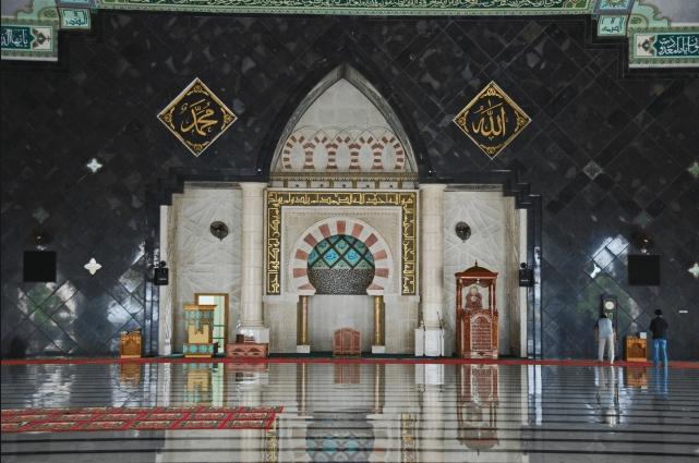 interior masjid raya makasar