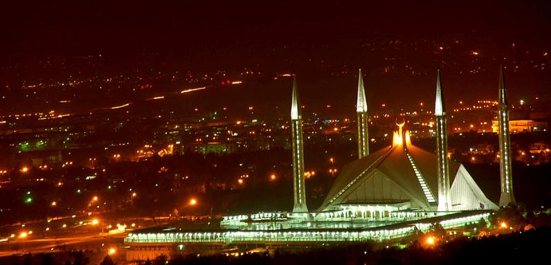 kemegahan masjid faisal di malam hari
