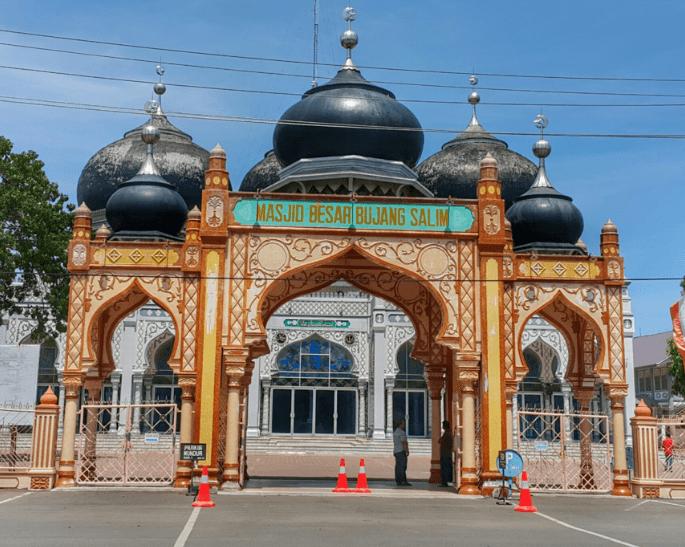 gerbang masuk masjid