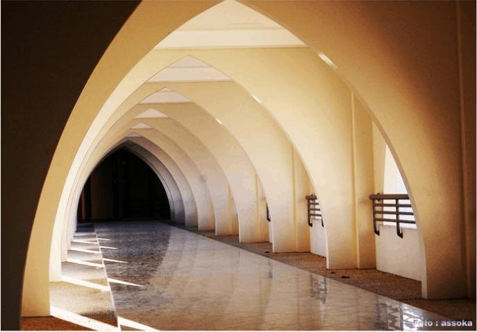 arsitektur lengkung ujung lancip