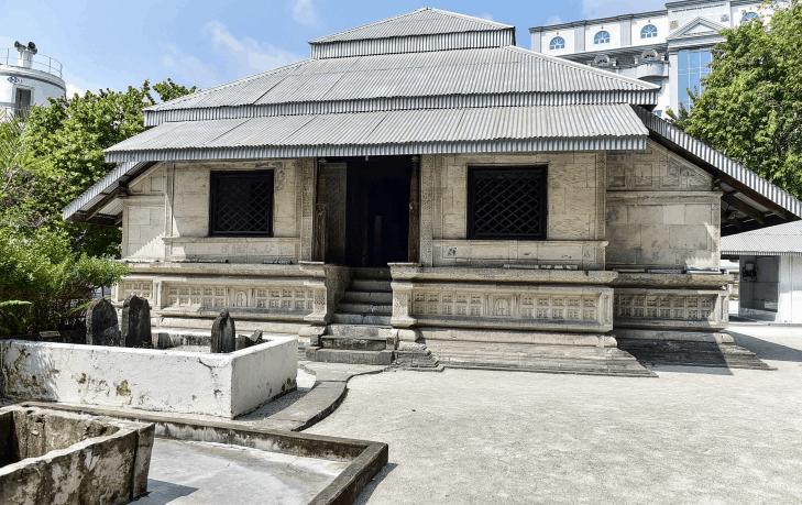 depan masjid hukuru