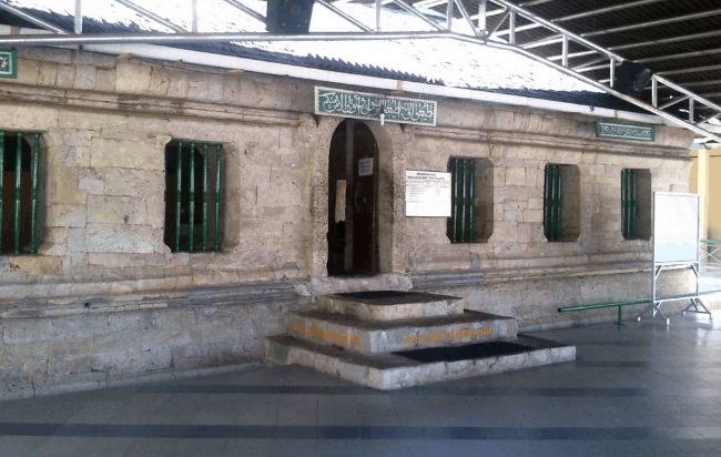 depan masjid tua palopo