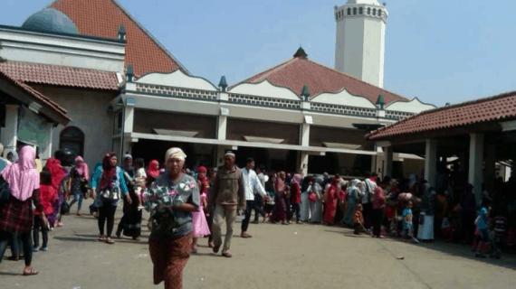 Masjid Keramat Luar Batang Dengan 2 Keramat Pendirinya